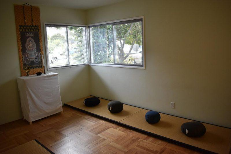 月曜日~金曜日の午後1時~2時、坐禅会を実施しており。坐禅に興味のある方ならどなたでも参加可能。(実際に坐禅をする時間は30分前後)